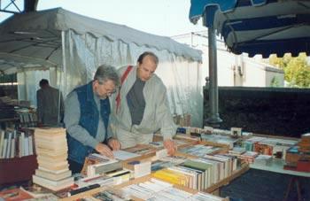 Я и Филипп на книжной ярмарке в Парке Жоржа Брассенса. В этот день у меня был большой «улов»!